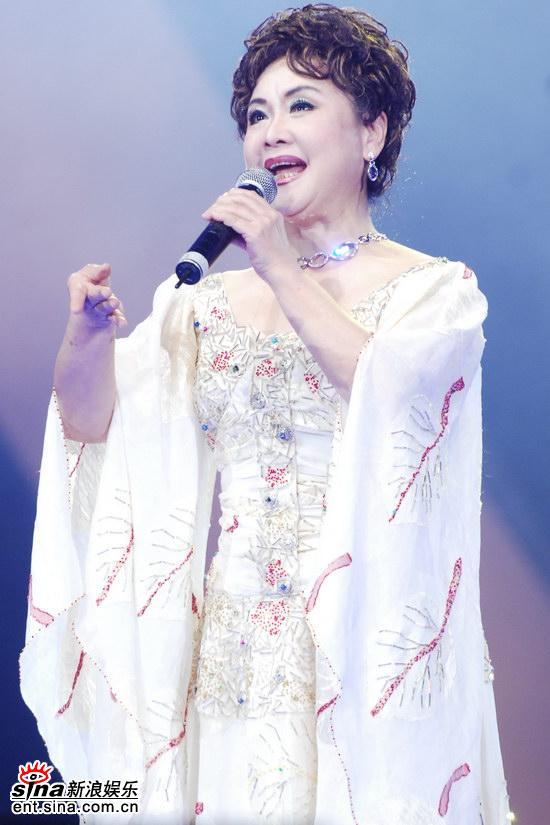 图文:金鸡百花颁奖--李谷一着白色水袖长裙登台
