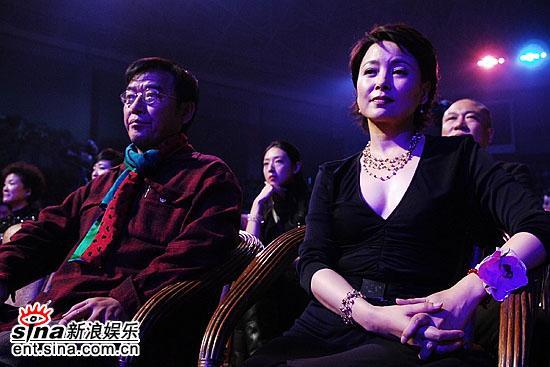 图文:金鸡百花颁典奖--张瑜与老演员李立群
