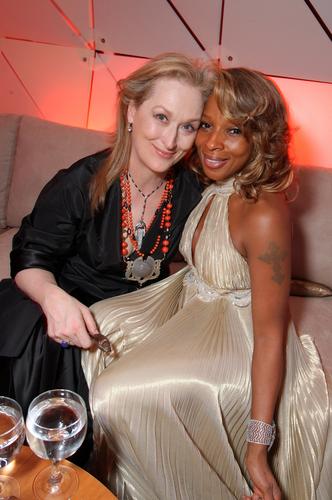 图文:梅丽尔-斯特里普与歌手Mary在派对中拥抱