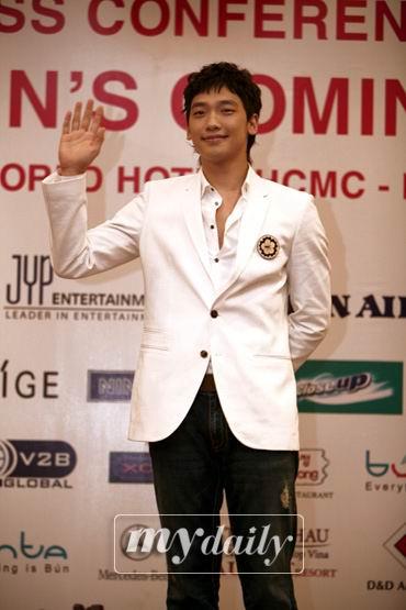 Rain携手MaggieQ担任亚洲电影大奖颁奖嘉宾