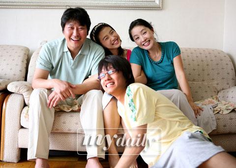 ...优雅的世界》韩国票房夺冠 本土片领风骚(图)   《优雅的世界...
