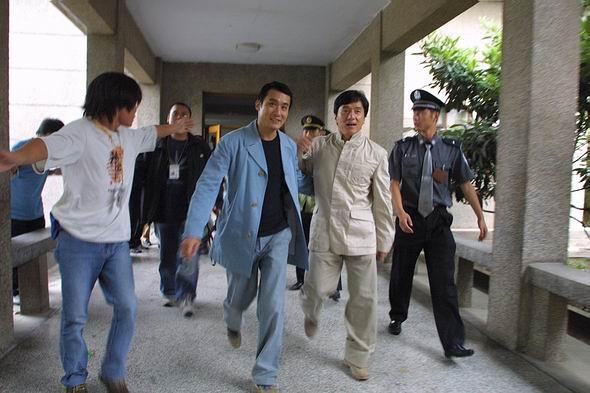 成龙大哥在近一天的拍摄中都遭到游客的围追堵截,甚至拍摄现场被包围