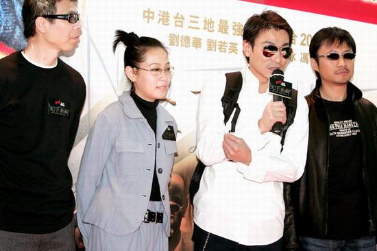 图文:《天下无贼》列车抵港刘德华受影迷追捧(13)