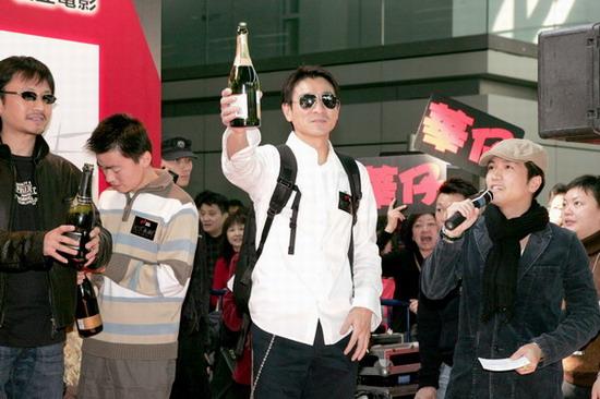 图文:《天下无贼》列车抵港刘德华受影迷追捧(22)