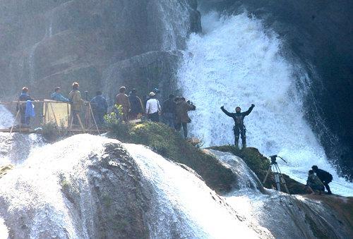 《惊天传奇》拍摄正酣成龙瀑布上仰天长啸(图)
