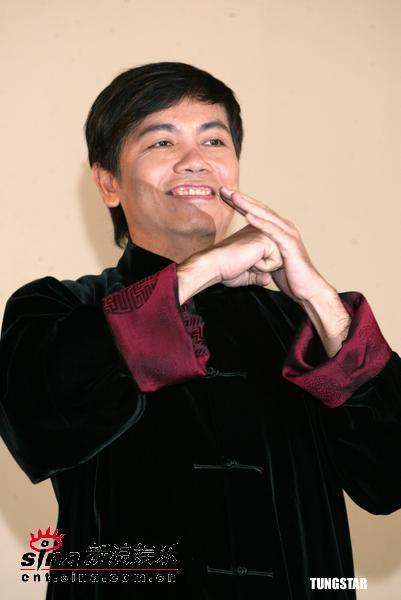 图文:周星驰和《功夫》主要演员亮相台北(11)