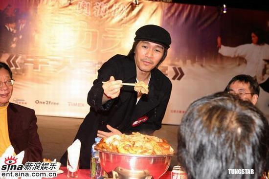 图文:《功夫》大摆群雄宴周星驰黄圣依亮相(5)