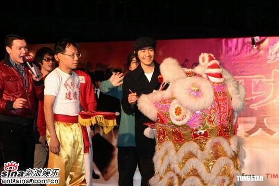图文:《功夫》大摆群雄宴周星驰黄圣依亮相(9)