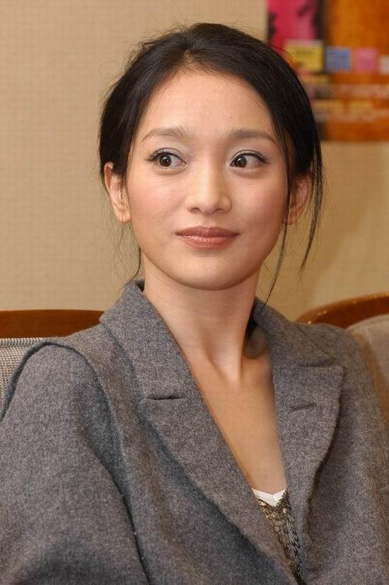 组图:《美人依旧》上海首映为邬君梅庆贺生日