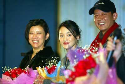 王志文周迅出席电影首映式小影迷搞乱俩人辈分