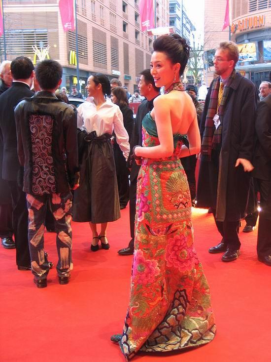 图文:张静初孔雀长裙抢镜红地毯