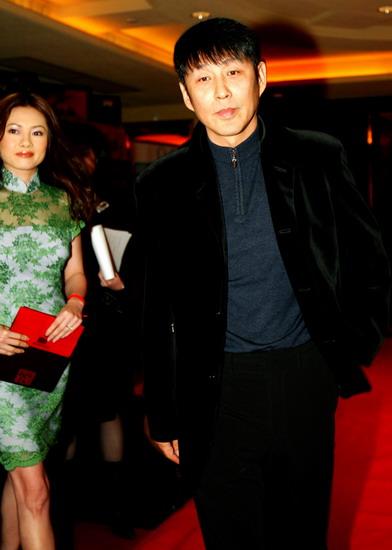 图文:陈道明一身黑色西装低调出现颁奖礼现场