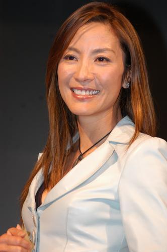 杨紫琼东京宣传《天脉传奇》着白衣笑容灿烂