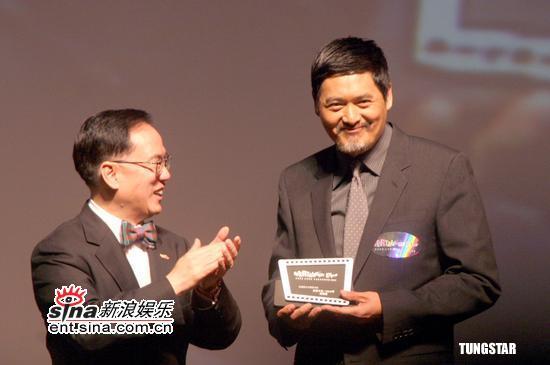 图文:香港影视娱乐博览开幕-周润发领奖