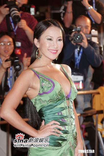 图文:香港影视娱乐博览开幕-李玟低胸装亮相