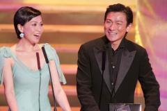 组图:刘德华亮相颁奖礼笑对媒体与嘉玲调侃