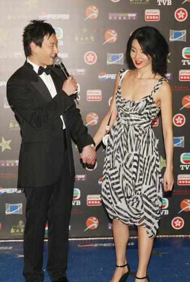 图文:张曼玉身着黑白间条短裙尽显成熟风韵