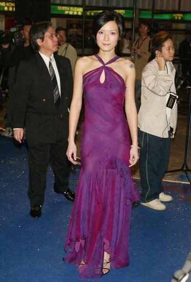 图文:卢巧音紫色长裙凸现玲珑身段亮相蓝地毯