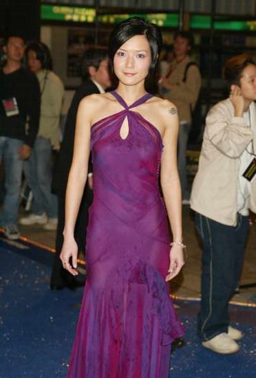 图文:卢巧音深紫色礼服尽显身材婀娜多姿