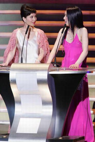 图文:杨千�煤纬�仪晚装搭配得当相映成趣