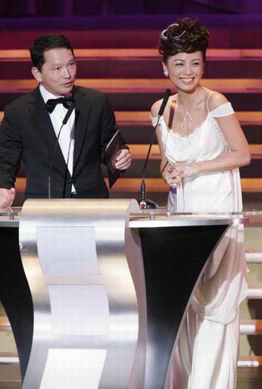 图文:邓萃雯上台颁奖笑容妩媚迷倒一片