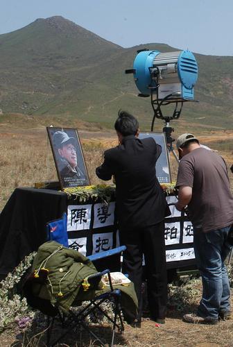 组图:《理发师》剧组继续拍摄现场祭拜陈逸飞