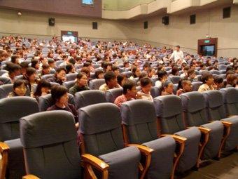 刘烨新片《青春爱人事件》回母校学生反应热烈