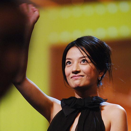 图文:第8届上海国际电影节赵薇获得最佳女演员(6)