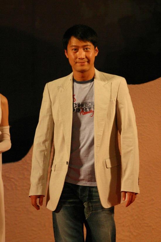 图文:《七剑》全球首映黎明面带微笑走上红毯
