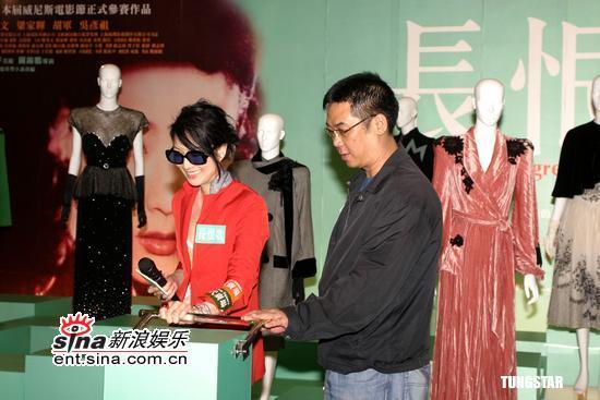 组图:郑秀文关锦鹏出席《长恨歌》戏服展活动