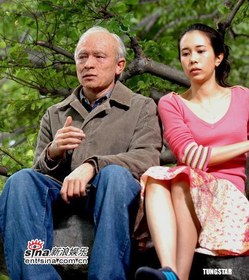 组图:刘德华突然变老莫文蔚紧抱华仔送安慰