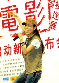 张静初代言电影高校巡展狂歌热舞做宣传(图)