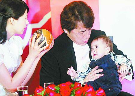 《宝贝计划》围着孩子转成龙欣赏赵本山(附图)