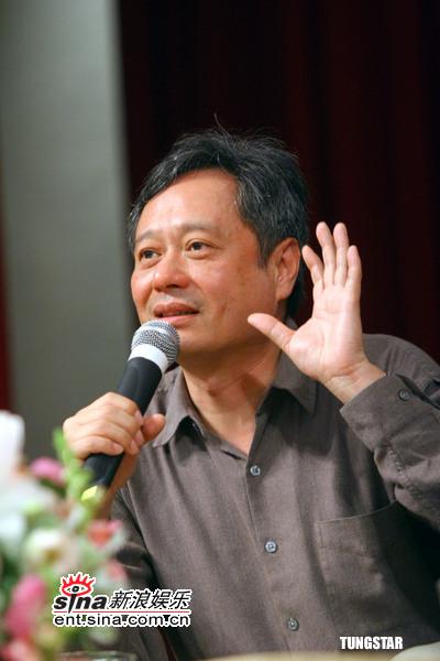 李安昨日抵沪参加上海电影节越大牌越亲民(图)