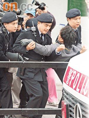 陈奕迅上吐下泻坚持赶戏脸色铁青被警员架走