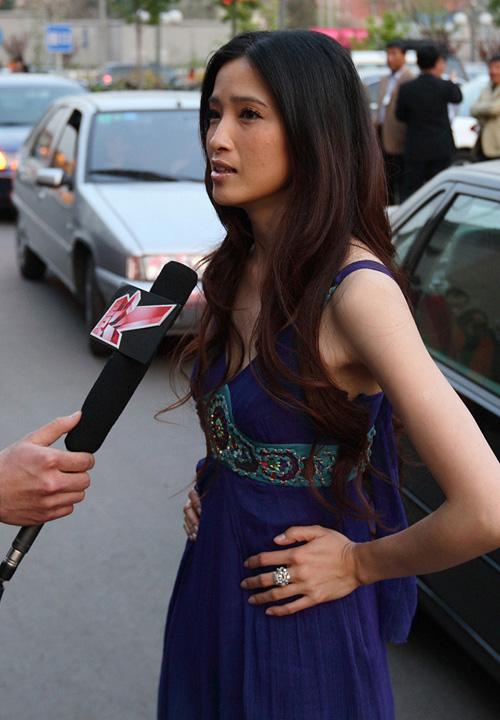 龚蓓�出席法国电影展映显示迷人风采(图)