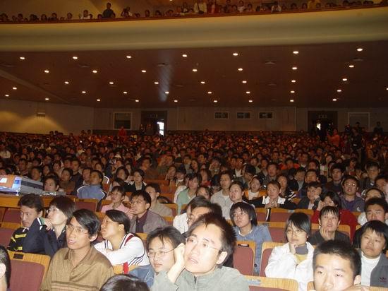 组图:成龙教授北大开讲呼吁国人支持国货