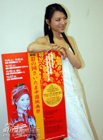 组图:张静初日本参加中国影展为热情影迷签名