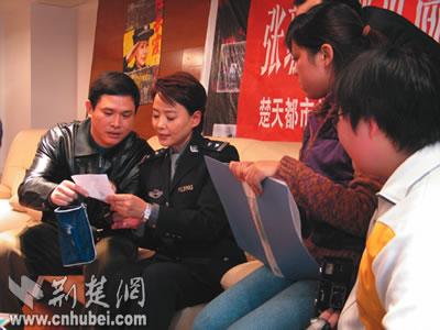 张瑜武汉宣传《任长霞》与影迷亲切对话(组图)