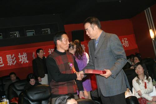 组图:陈凯歌夫妇上海陪高价票观众看《无极》