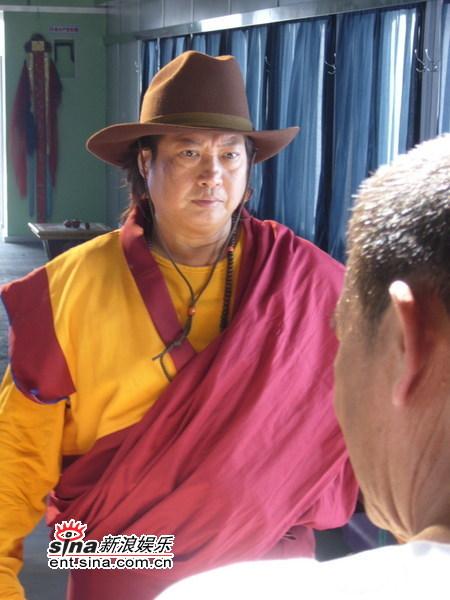 组图:洪金宝演《双子神偷》做不一样的喇嘛