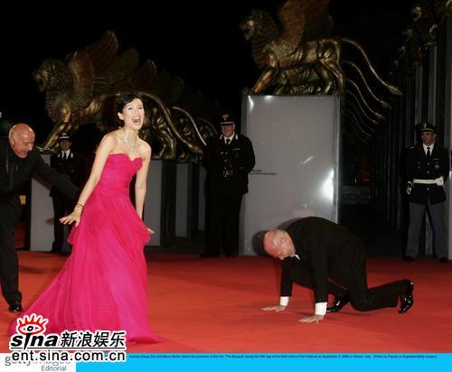 组图:章子怡娇媚风情倾倒主席当场下跪表真心