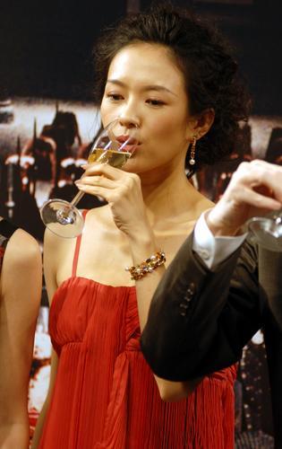组图:章子怡周迅拼香槟巾帼不让须眉豪饮而尽