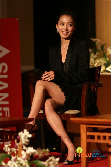 组图:李素妍亮相釜山电影节超短裙险些走光