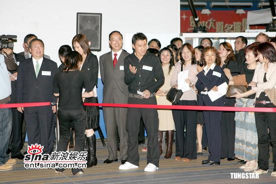 组图:刘德华出席艺术展祝愿刘嘉玲得金马影后