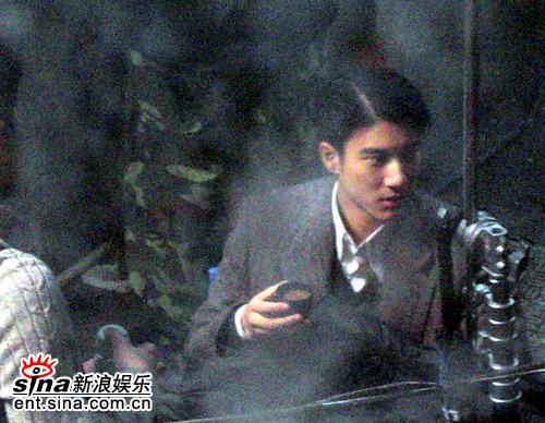 组图:《色戒》老上海拍摄王力宏烟雨中品咖啡