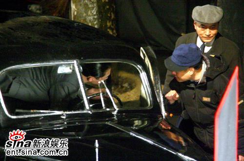 组图:梁朝伟被困车中5小时当街换衣毫不避讳