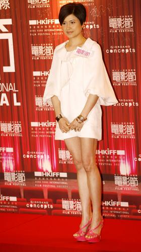 组图:任达华左拥右抱风光亮相香港国际电影节