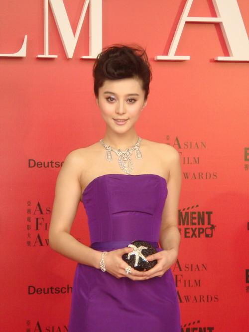 范冰冰两度走上亚洲电影奖红地毯成焦点(组图)