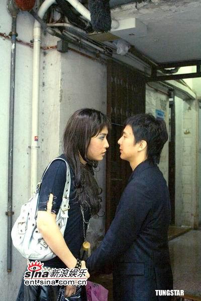 组图:李逸朗饰异装癖同性恋与邓健泓湿吻演出